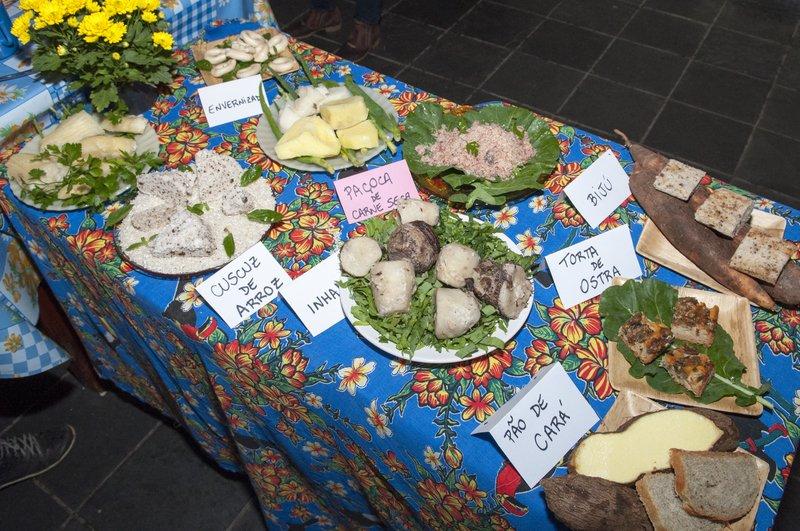 Durante a feira, não falta boa comida feita pelos quilombolas, com os produtos da roça