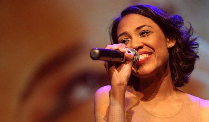 Cantora Anatasha Meckenna - Ajudando a ajudar