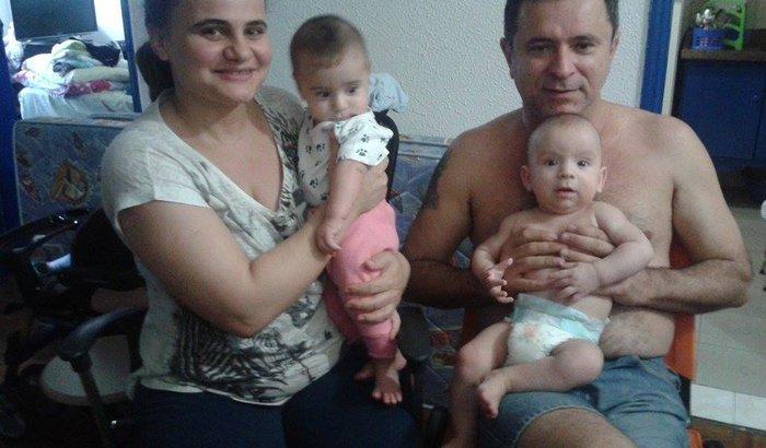 Pais com gêmeos e sem dinheiro precisam de ajuda financeira.
