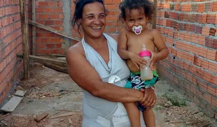Mãe que perdeu moradia em incêndio