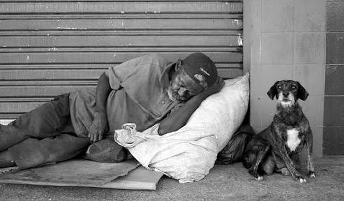 Ajude os moradores de rua.