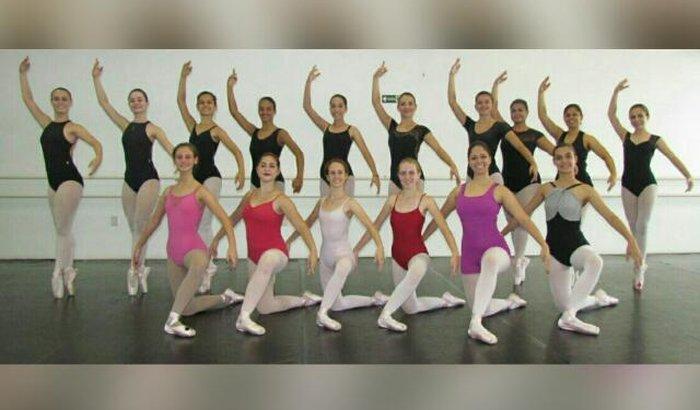 Ajuda para bailarinas dançarem no Festival de Dança de Joinville