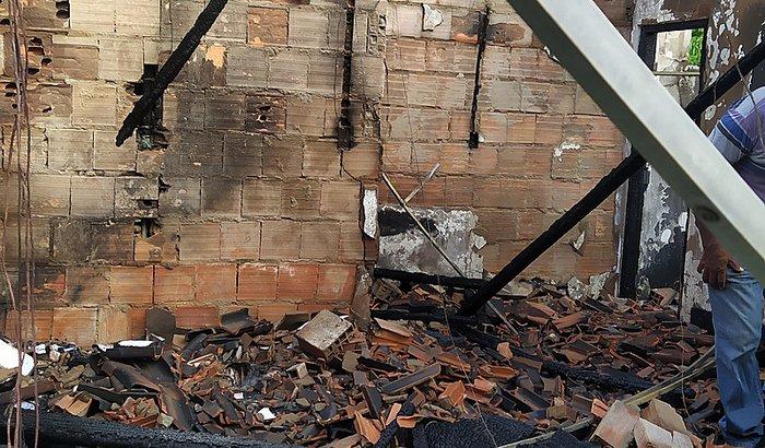 Ajude-nos a reconstruir a casa da minha avó que pegou fogo