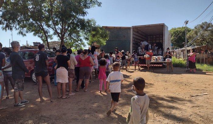 Doação de cestas básicas para moradores da ocupação Vila Paula