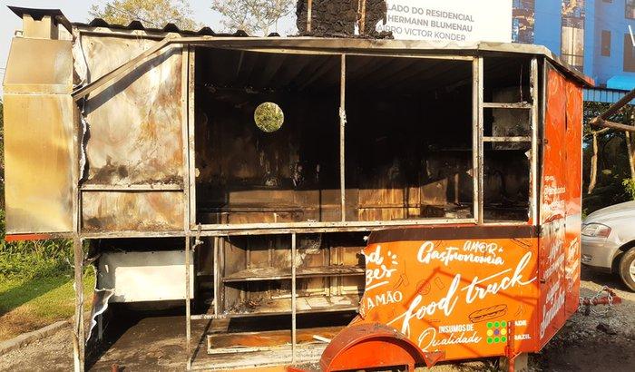 VAMOS REERGUER O SANDUBA FOOD TRUCK (NICOLE E MARCEL)