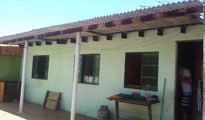 Casa muito danificada por chuva de granizo e umidade