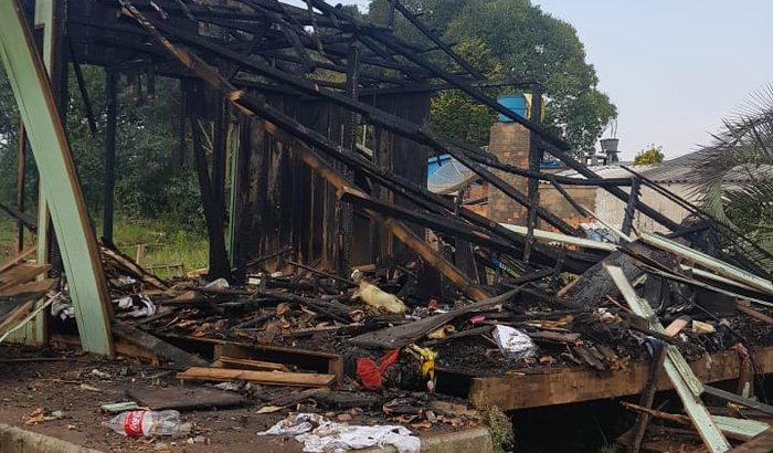Ajuda para reconstruir casa do Aluir