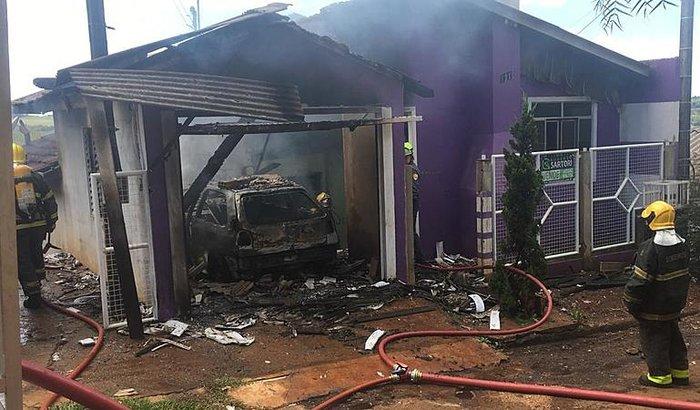 Casa e automóvel são completamente destruídos por incêndio